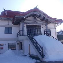 除雪がされていない本堂正面の様子