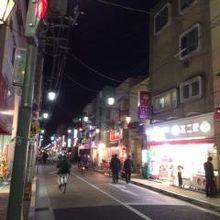 夜の風景ですが、こんな感じでお店が並んでます