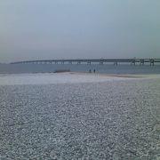 白い敷石で幻想的な風景を演出しているビーチでした