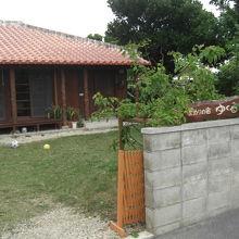 沖縄風の家屋で庭もあるゲストハウスです!
