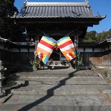 お正月に訪れたためか、門前に彩り豊かな幕が