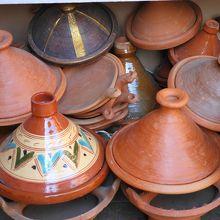 店先に並べられたタジン鍋。