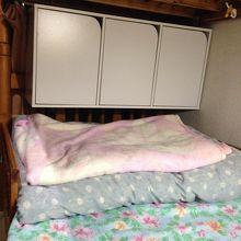 二段ベット。収納の棚があって便利でした。