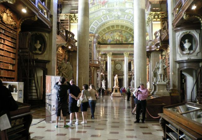 奥のドーム中心に見えるのがカール6世像