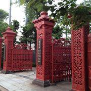 明治通り沿いの真っ赤な門
