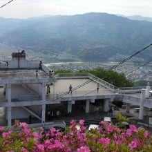 山から展望台を見下ろした景色