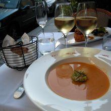 スープです。歩道のすぐ横の外のテーブルでした。