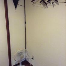 扇風機、ハンガー、間接照明