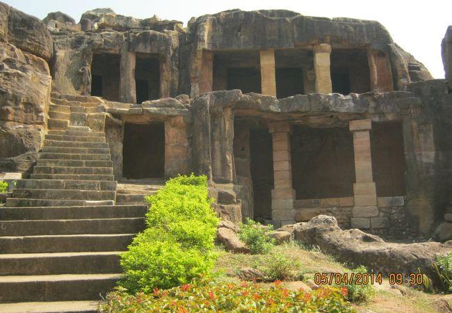 仏教やジャイナ教の石窟寺院です。
