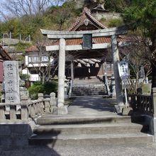 龍御前神社鳥居。後の岩を入れそこなってしまった。