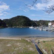 漁船の泊まるおだやかな温泉津湾