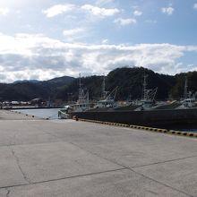 湾の中はおだやかなので、漁船の停泊所になっています