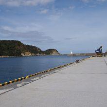 白い灯台の向こうが外海です。右に沖泊があります。
