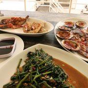 シーフードBBQがおいしい海に面したオープンレストラン