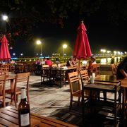 夜の雰囲気良し、シャロン湾に面するシーフードレストラン