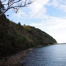 両側の陸地には船を繋留するための鼻ぐり岩があります