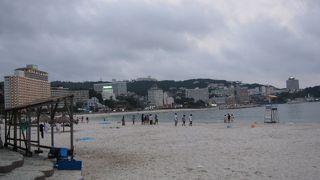 激混みだけど白い砂浜はきれい