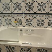 バスタブと素敵なタイルの浴室