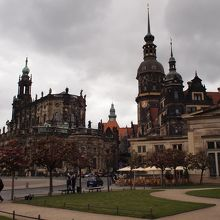 右側がお城、左側は教会