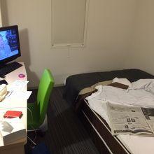 少し狭いですが、清潔でリラックスできる部屋です。