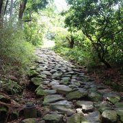 ゴツゴツして苔むした石畳の道はツルツル滑って歩きにくいですよ