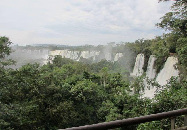 滝の上の遊歩道から見た滝