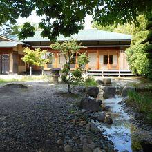 市民茶室「涛々庵」。数寄屋造と水の流れが趣きがありますね。