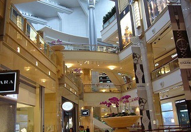 ショッピングモール内部。