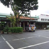 左側にホテル、中央にレストランンの玄関があります