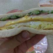 一枚一枚炭火であぶったパンのサンドイッチ