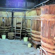 昔ながらの大きな木の樽が並ぶ様子は壮観です。店の中はお醤油の薫りが良いです