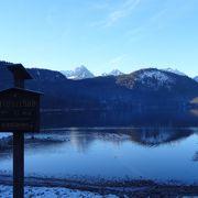 お城の麓の静かな湖畔