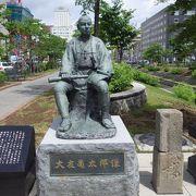 整備された創成川公園にあります。