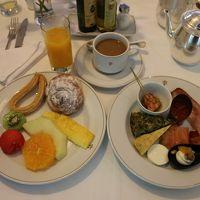白いテーブルクロスでいただく朝食はとても美味しかったです。
