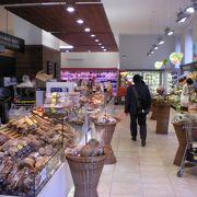 朝8時からやっている地元のスーパー、何でも揃って便利です