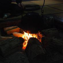 囲炉裏で五箇山の話を聞けます