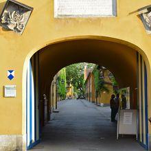 フッゲライの入口、ゲートの右側に受付があります