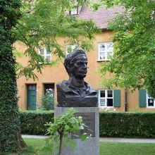 創設者ヤコブ・フッガーの彫像と家並み