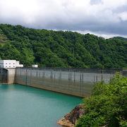 ダム湖とダムがマッチしています