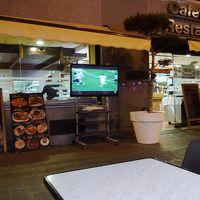ホテル隣接レストラン。外で開放的に食事できます。