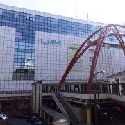 大きなモニュメントが目を引く立川駅(たちかわえき)北口
