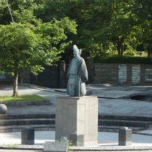 藤原虎麿公の像