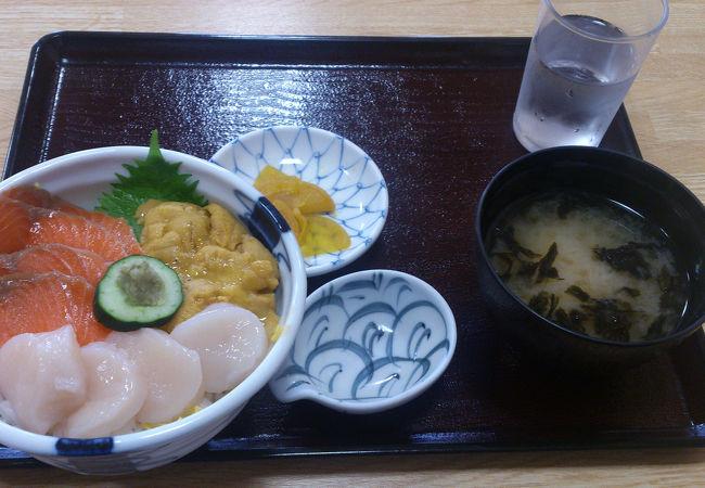 ホタテ、サーモン、ウニ丼。