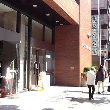 入口です。建物はレンガ色。