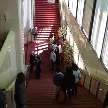 階段です。エスカレーターもあります。