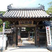 小野浦海水浴場の近くにある南国情緒を感じられるお寺