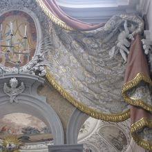 石製のカーテン