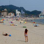 日本の渚100選に選ばれている内海海水浴場の弓状砂浜