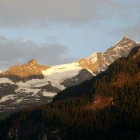手前の山がアイガーその後ろに見える山々、夕日に映える