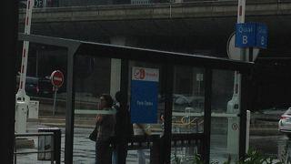 ロワシーバス、オペラ座の停留所には制服をきたスタッフがいます。